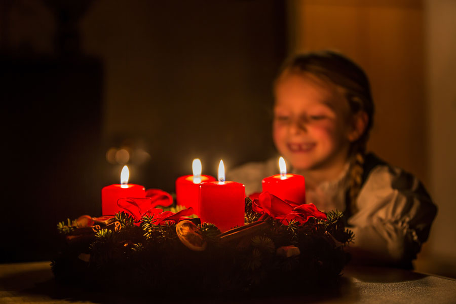Kind mit Adventkranz